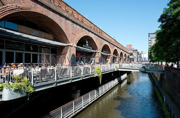 people-enjoy-socialising-with-a-drink-in-the-summer-sunshine-at-deansgate-ctkt7b